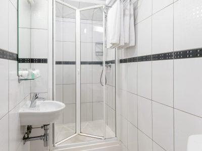 Small single bathroom - LHH