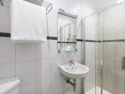 Triple room bathroom - LHH