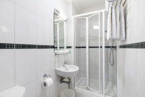 Standard single room bathroom - LHH