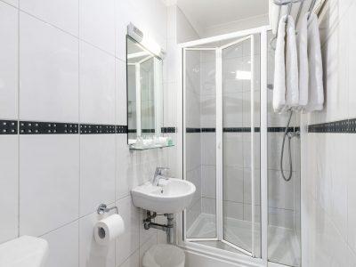 Standard twin bathroom - LHH